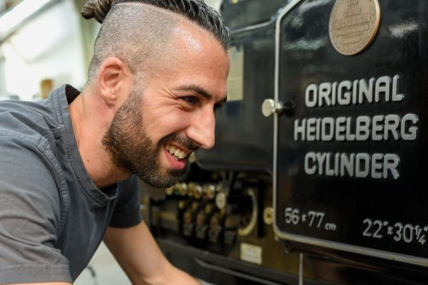 Matthias Gök – in unserer Weiterverarbeitung glänzt er nicht nur durch tolle Arbeit, sondern begeistert auch immer wieder durch seine sich ständig wechselnden Frisuren. Wenn sich jemand etwas Neues traut, dann er!