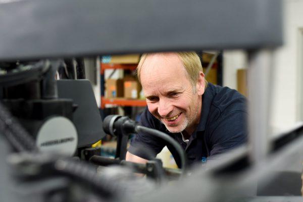 Thomas Hinnenthal – seit über 20 Jahren lässt er die Maschine nicht unter 15.000 Bogen/Std. laufen. Er hat für jeden ein liebes Wort übrig und stellt Fragen, auf die sonst niemand kommen würde. Herzlichkeit und technisches Knowhow, was will man mehr?