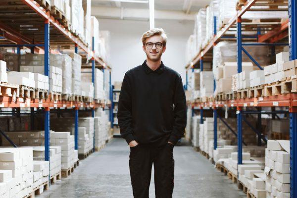 Jan Schürmann - der Azubi in Verl. Flink und stets hilfsbereit. Jan hat bei jeder Gelegenheit schon in den Ferien bei uns ausgeholfen und konnte so schon früh beweisen, dass er genau der Richtige im Bereich der Logistik ist.