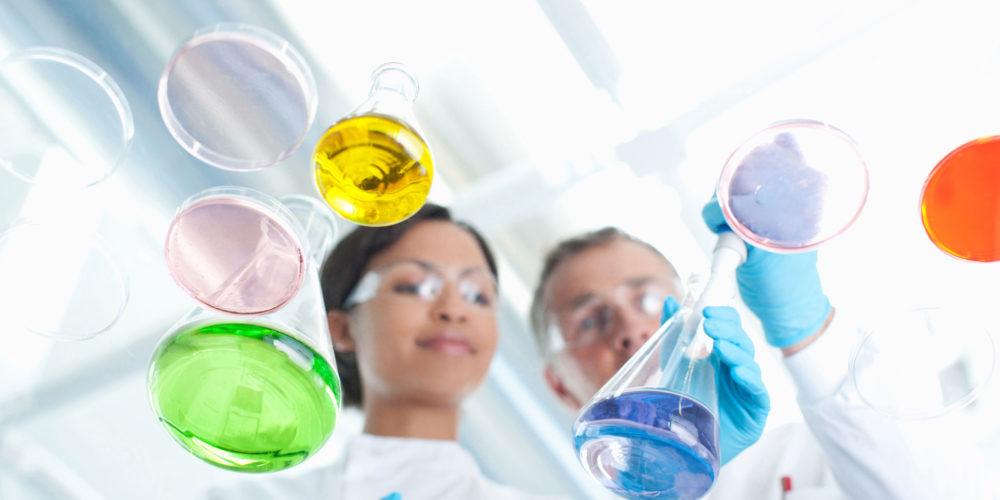 Covestro Teaserbild: Zwei erwachsene im Labor