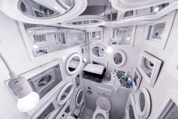 WC mit vielen Spiegeln an den Wänden