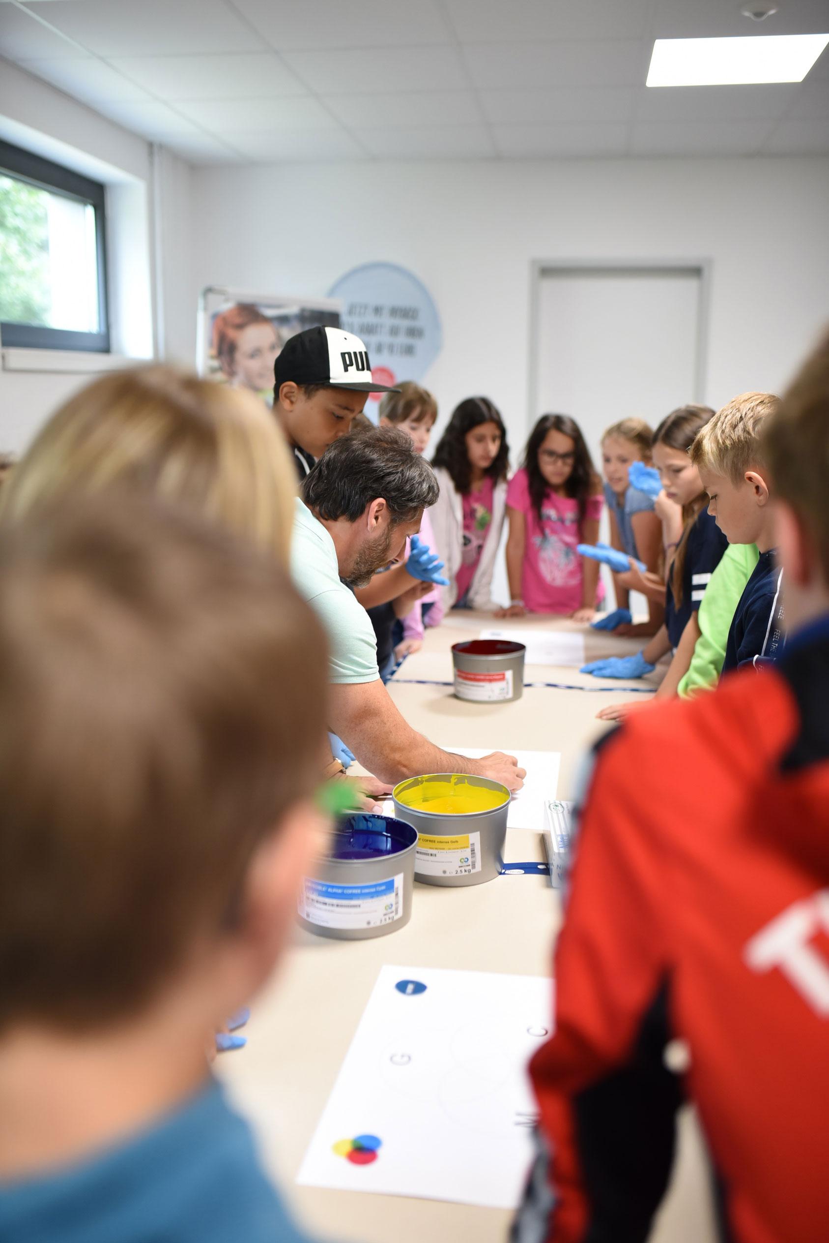 Vierte Klasse der Verler Marienschule besucht TERRITORY Druckerei